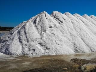 Saline auf Mallorca mit Bergen von Salz