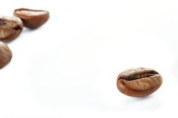 chicco di caffe isolato