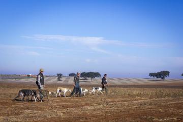 Cazadores con sus perros cazando