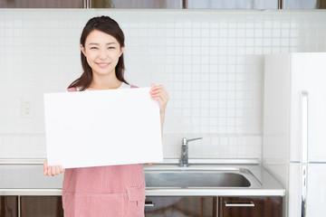 エプロン姿の女性 ホワイトボード