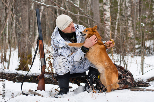 Fotobehang Jacht hunter with his dog during the rest on winter hunting