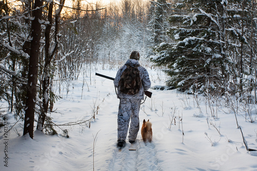 Papiers peints Chasse hunter comes out of the winter forest