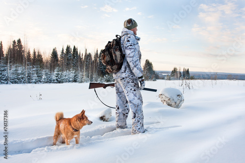 Foto op Aluminium Jacht hunter with dog on the snowy road