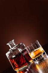 Whisky im Glas mit Eiswürfel