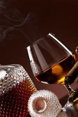 Cognac im Schwenker und Rauch einer Zigarre
