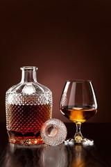Alkohol in Karaffe und Glas