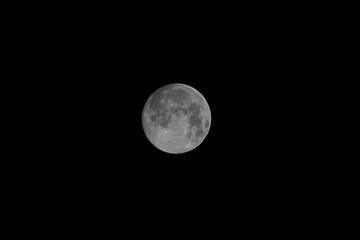 Scatto con teleobiettivo di luna piena vera in serata limpida