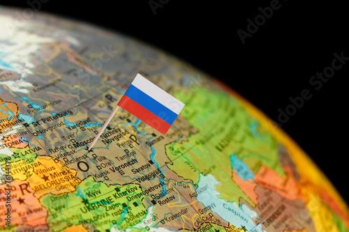 Globe map detail Rosja z rosyjską flagą