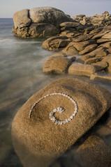 Esoterische Spirale aus Granitsteinen in Felsenlandschaft