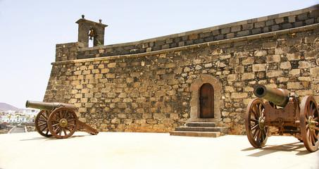 Fachada con cañónes del castillo de San Gabriel, Lanzarote
