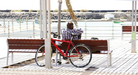Hombre relajado en un parque de Arrecife, Lanzarote