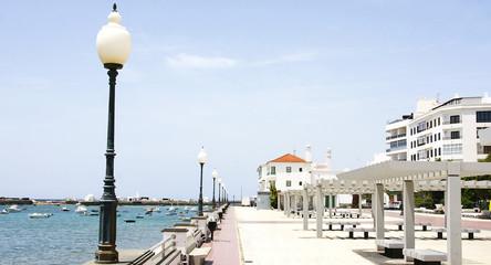 Parque junto al mar en Arrecife, Lanzarote, Islas Canarias