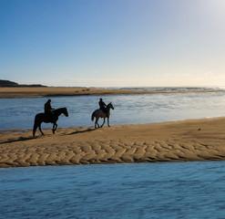 Zwei Reiter am Strand in der Bretagne