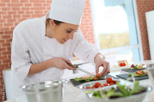 Plexiglas Koken Smiling cook preparing appetizer