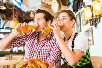 Paar trinkt Weizenbier im bayrischen Restaurant
