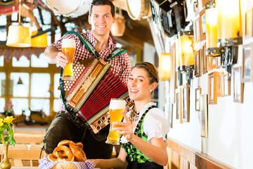 Musikant spielt im Bayrischen Restaurant Akkordeon