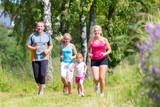 Familie beim Sport Jogging durch Feld