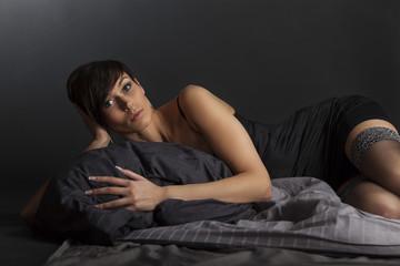Frau im Bett liegend