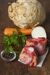 roher Ochsenschwanz mit Suppenzutaten