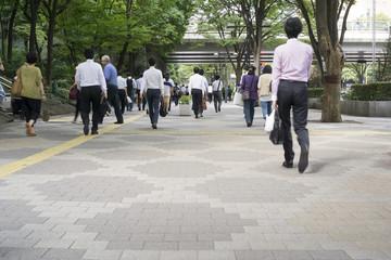 新宿ビジネス街を歩く人々 スローシャッター