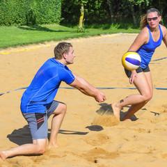 Dynamisches Spiel beim Beachvolleyball