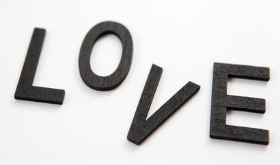 mot love en lettres noire