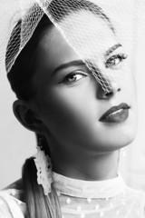 Чёрно-белый ретро портрет девушки с вуалью