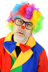 Unrasierter Clown mit Brille und Perücke
