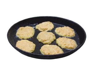 Картофельные оладьи жарятся на чугунной сковороде