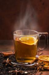 tazza di thè nero caldo con aromi