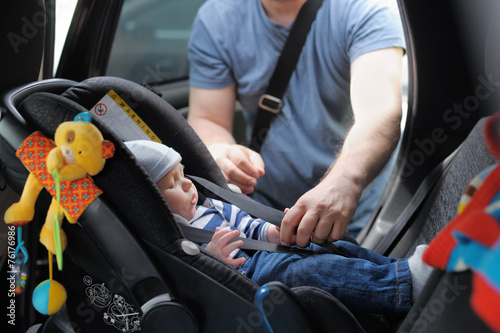 Leinwanddruck Bild Little boy in car seat