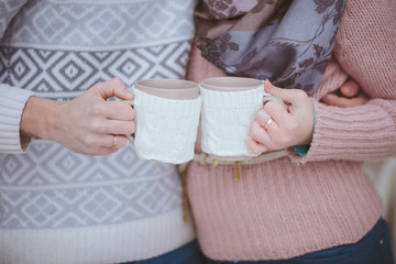 чашки в руках
