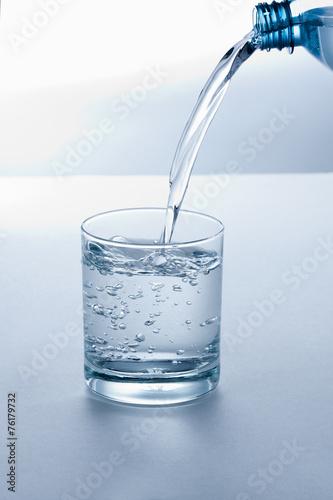 Glas wird mit Wasser gefüllt - 76179732