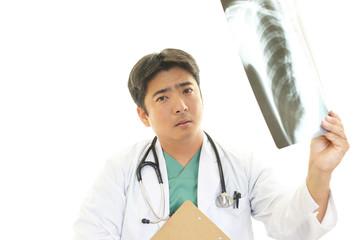 真剣な表情の医師