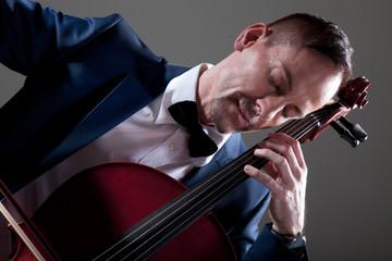 Musikalischer Mann mit Cello