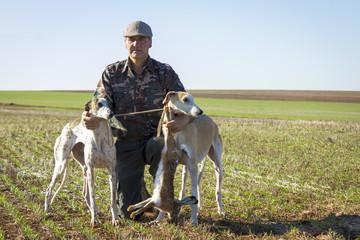 Cazadores con sus perros