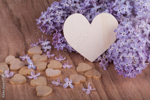 Tuinposter Lilac Lilac flowers with wooden heart.