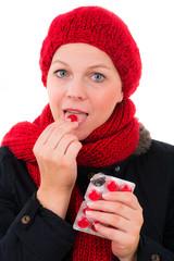 frau nimmt tabletten gegen heiserkeit
