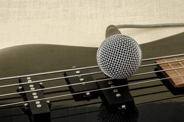 microphone on electric bass guitar
