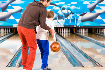 Familie im Bowling Center