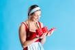 Frau in Dirndl öffnet Geschenk