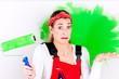 Frau beim Heimwerken und Streichen