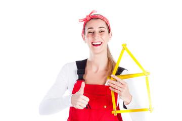 Heimwerkerin hat Spaß beim Handwerken