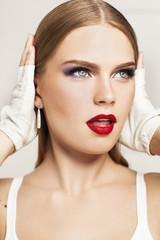 Портрет девушки с красной помадой в белых перчатках
