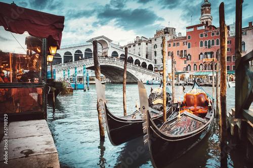 Leinwanddruck Bild Classical view of the Rialto Bridge - Venice