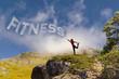 Ragazza con scritta fitness con le nuvole