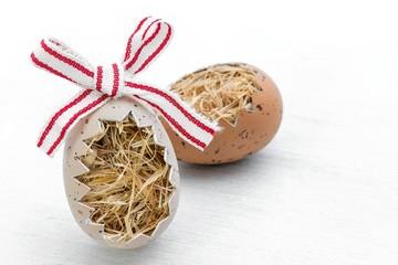 natürlich dekorative Ostereier auf Holzuntergrund