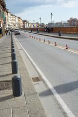 Strada urbana traffico, birilli, corsie, prospettiva