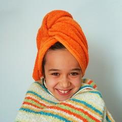 Niña sonriendo con toallas