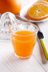 succo di arancia nel bicchiere di vetro con frutta intorno